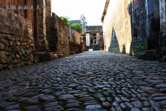 鹅卵石铺成的路