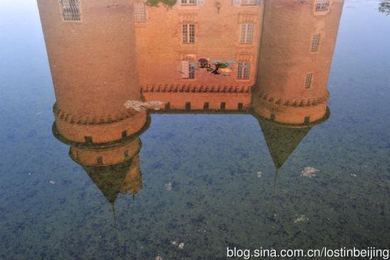 湖水倒映中的城堡酒店与睡莲