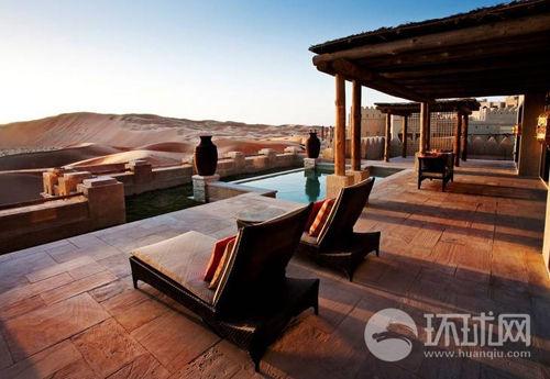 从安娜塔拉豪华度假村内的游泳池里能欣赏到沙漠的壮观景色