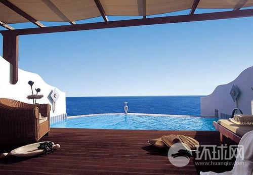 皇家迈肯安酒店内的露天泳池跟大海遥相呼应