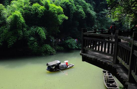 在江中的小船
