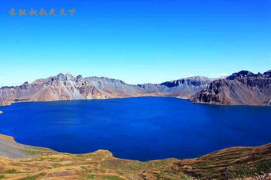 新浪旅游配图:湛蓝的天池 摄影:长腿叔叔