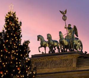 德国柏林勃兰登堡门和圣诞树