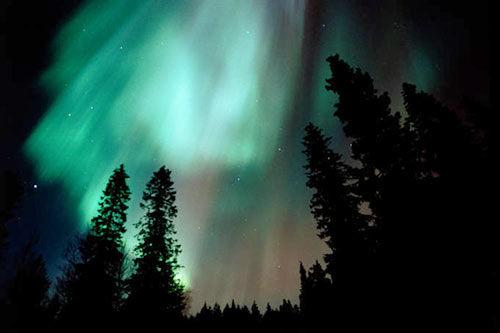 炫彩北极光 从地平线到跨越天际的猩红光