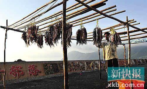 飞鱼季里,吃不完的鱼获晒干了留着慢慢吃。