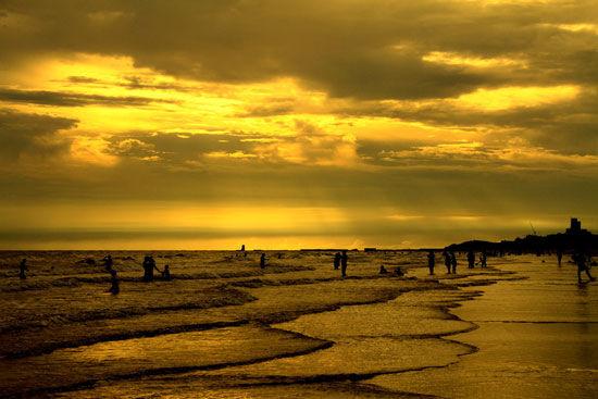 涠洲岛还是观赏太阳斜照在斜阳岛的全景的最佳地点.