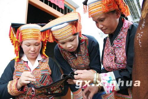 正在刺绣的瑶族女子 图片来源:新华网