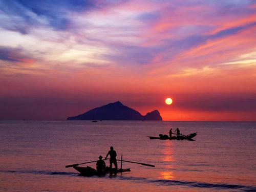 龟山朝日。传说龟山岛是只会喷气、摆尾的灵龟,它是宜兰的守护神。(林明仁摄/宜兰县政府提供)