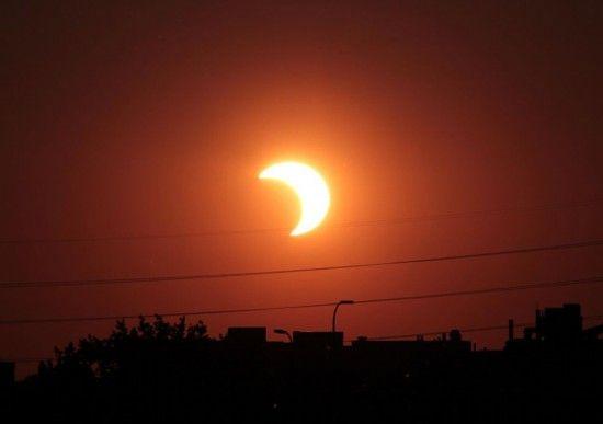 2012年于美国明尼苏达州明尼阿波利斯市拍摄的日食照片。