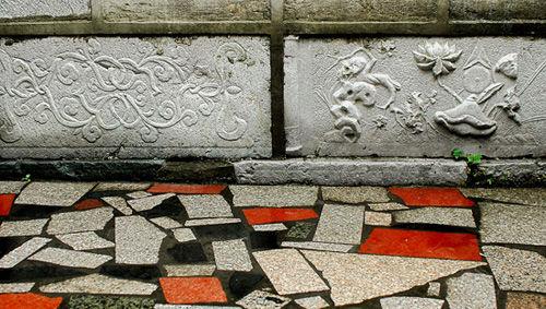 嵌于墙根的精美石刻