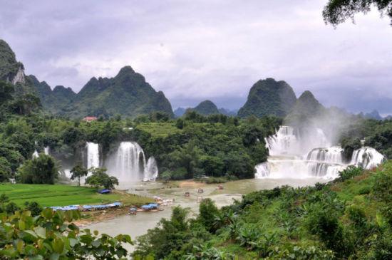 景区内看到的大瀑布为德天瀑布,较小的是越南的板约瀑布。(图/ 随意 新浪博客)