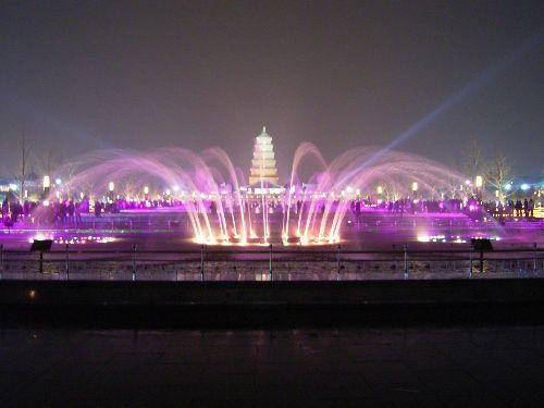 亚洲 中国 陕西 西安 正文    仿泉城广场喷泉的水景灯大雁塔北广场设