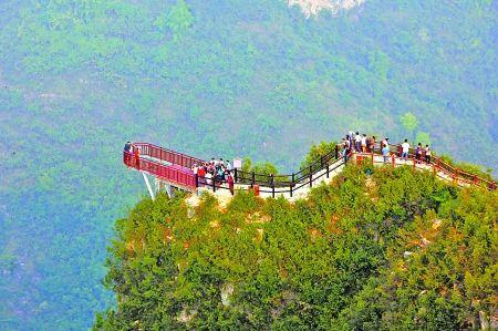 空中漫步 10月6日,云阳龙缸风景区,游客在峡谷之上的玻璃观景悬挑平台