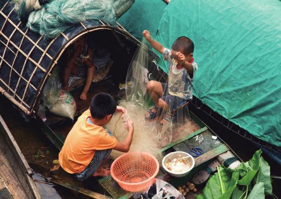 渔船上的孩子