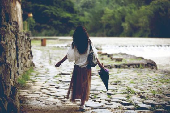 走在古道上的女子