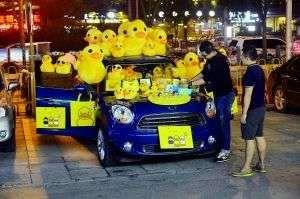小贩抢占大黄鸭商机。首席摄影记者吴宁/摄