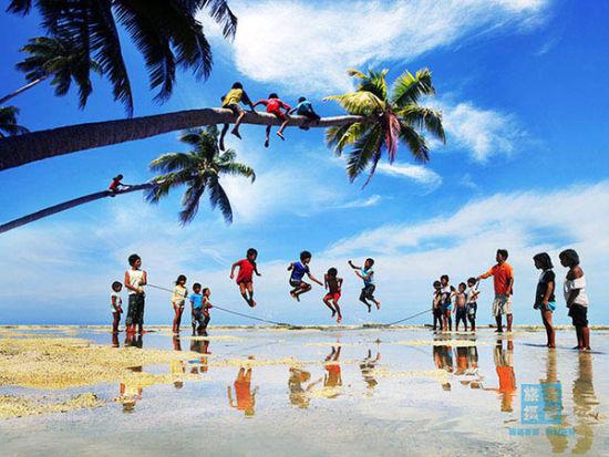 椰林树影的热带风情。(曾庆�F摄)