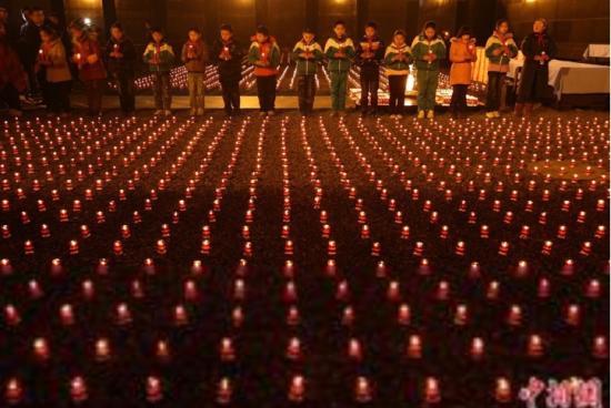 民众红烛祭奠亡灵
