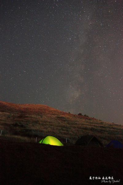 夜色下露营的小帐篷