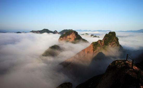 山上雾气缭绕