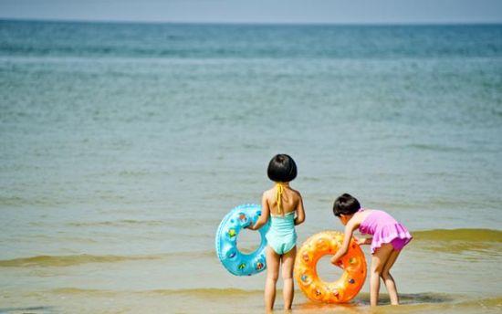 碧蓝的海水之畔,一湾洁白的沙滩
