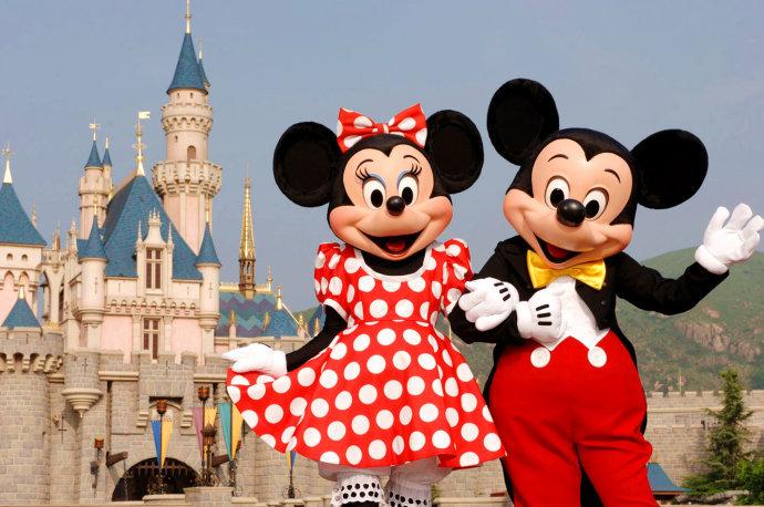 真切地感受香港的快节奏与慢享受,来到迪士尼这样一个充满欢乐、制造惊喜却同时蕴藏着无限浪漫的童话天堂,在这个弥漫着爆米花香气的乐园里和可爱的米奇米妮拥抱,去探险世界里坐漂流船,在明日世界的太空主题餐厅里大快朵颐,到迷离珍藏店里买限量版潮物,把迪士尼式的笑容荡漾在我们青春的脸上,这才是我所爱的迪士尼,那一份最浪漫的时光。   内容来源:悦旅行 作者:手边巴黎urruolan