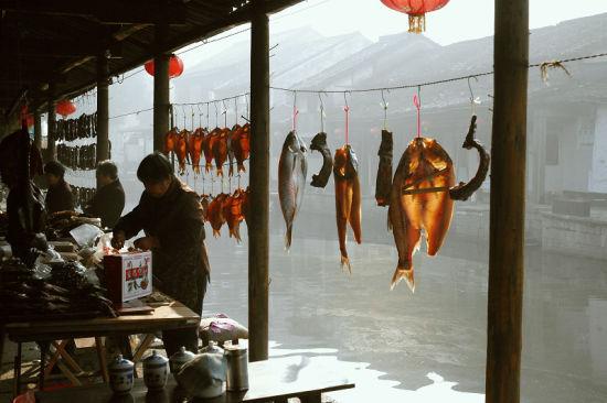 每到冬天,安昌各家各户都会制作腌腊的鱼肉