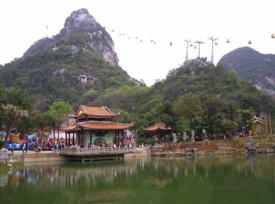 中国 广西 柳州 立鱼峰风景区 正文    立鱼峰山形与一尾巨大的立鱼极