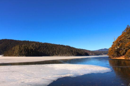 香格里拉普达措国家森林公园冬天碧塔海