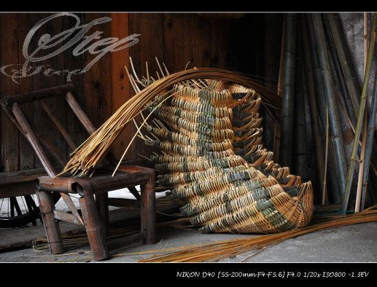 无意间发现正在编织中的一些竹筐