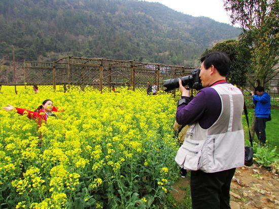 黄龙洞的美丽春光让摄影师们留恋。