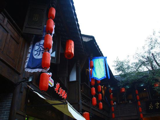 """多是二层小木楼,中式外观,挂着""""茶""""字大幡,路人过此,无不是唾液加速"""