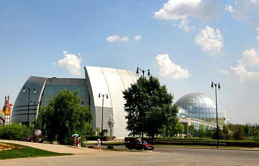 去哈尔滨游乐园体验各种娱乐项目   哈尔滨游乐园原名哈尔滨市文化公园,始建于1958年,地处道外区与南岗区交界处,占地面积22.8公顷,是东北三省规模最大的现代化露天游乐场,在全国12大游乐园中位居第5位。   哈尔滨游乐园拥有大、中、小型现代游乐设施40余项,集娱乐、休闲、科普教育于一身,是目前东北省最大的露天游乐场,以新奇特著称。其中,中日合作最新游乐项目世界第六高、中国第一高的巨型摩天轮,高度为110米,乘坐摩天轮登高远望,可将东方小巴黎美景尽收眼底。从国外引进的四大项目三环原子滑车牵