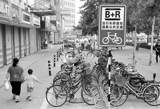 """历城交警在环联小商品市场设置的""""B+R""""自行车停车换乘免费停车场。"""