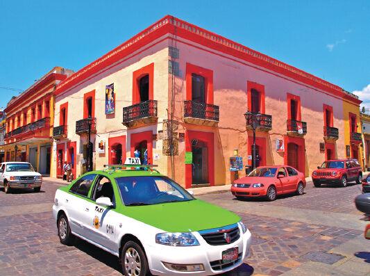 出租车的色调与建筑的颜色相得益彰
