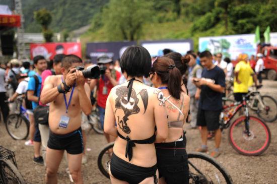 张家界举办彩骑大赛 美女穿比基尼骑行6公里图