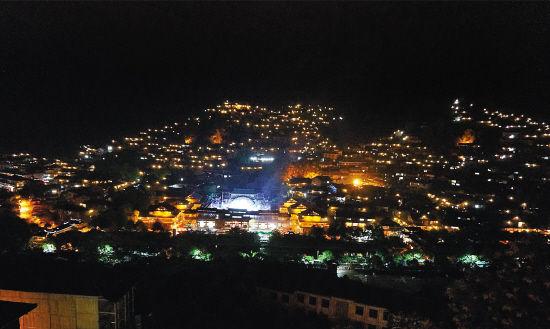 苗寨的夜景繁星点点,如同天上的街市,非常梦幻
