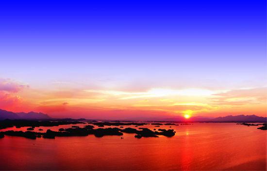 夕阳下的庐山西海