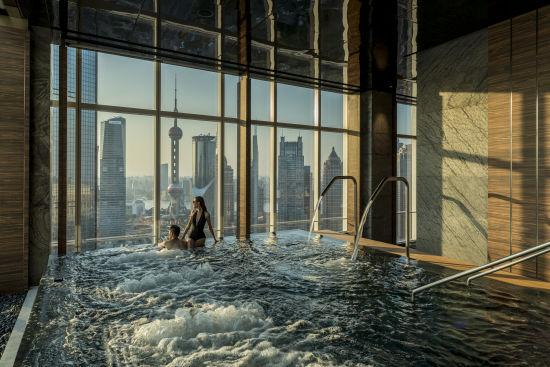 上海浦东四季酒店泳池夜景