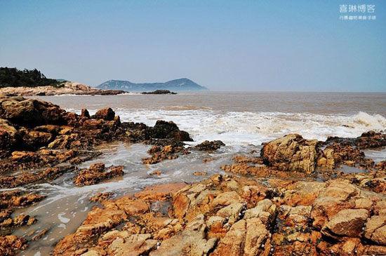 海浪拍打着礁石