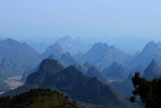 桂林连绵的山脉 图源:新浪博主/蓝天下有朵白云