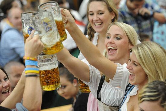 新浪旅游配图:啤酒节国际友人 摄影:图片来自旅游攻略