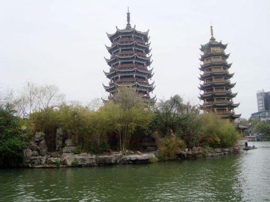 衫湖的双塔绿景 图:新浪博主/漓江微波