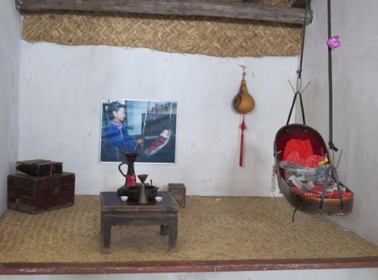 新浪旅游配图:博物馆内展出的达族传统生活用品、育婴摇篮 图片来源:重阳