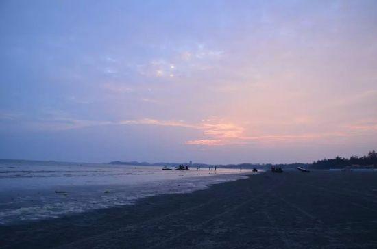 除了平坦开阔的白浪滩,若还想再寻一处惊涛拍岸的海滩,就非怪石滩莫属了。它位于江山半岛的灯架岭前,是海浪常年冲刷岩石而成的海蚀地貌,石头呈褐红色,故又名海上赤壁。每年都有大量的游客自驾来此,观赏大自然的鬼斧神工,欣赏涨潮时巨浪拍岸的壮观景象。怪石滩的海水清澈,透过海水,可以清晰看到沙石的模样。天高,海蓝,石奇,是主题婚纱摄影的最佳场所。 江山半岛怪石滩 图via风展天空