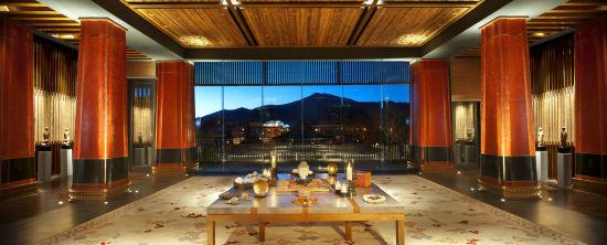 拉萨瑞吉度假酒店大堂可观赏布达拉宫