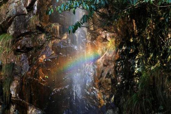 美丽的七彩瀑