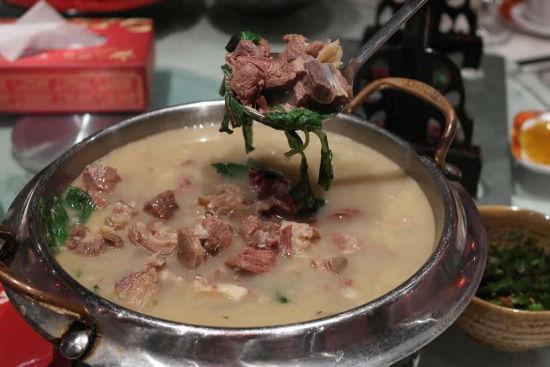 部切成块,放在一锅煮,煮的时候除了放盐,不再放任何佐料,当食用