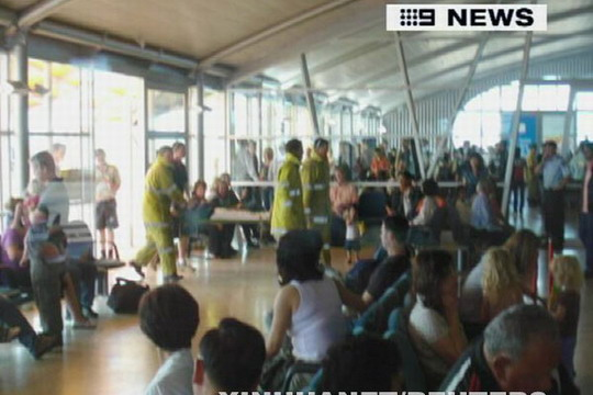 澳洲航空公司客机遭遇湍流 致使数十人受伤(组图)