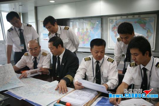南航赴墨西哥机组进行航前准备工作。摄影:胡蓉